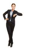 妇女倾斜偶然在虚构的对象 免版税库存图片