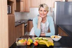 妇女倾斜的厨台 免版税库存照片