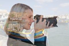妇女假期移动假日的旅行拍照片与来了 免版税库存照片