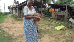 妇女做一条椰子绳索 股票视频