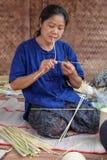 妇女做一间竹工艺品在每年Lumpini文化节日 库存照片