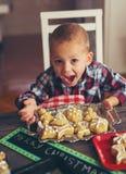 妇女做圣诞节的姜面包 库存图片