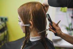 妇女做在沙龙剪的头发 免版税图库摄影