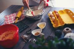 妇女做姜面包 免版税库存图片