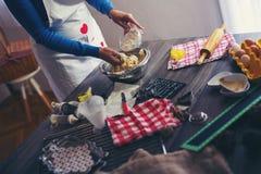 妇女做姜面包 库存图片