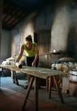 妇女做带结块(banh trang)。BA RIA,越南2月2日 库存照片
