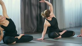 妇女做扭转和呼吸锻炼的asanas维护内部平衡 影视素材