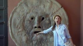 妇女做投入手的傻的面孔在真相嘴  女性游人在罗马,意大利享受假期 影视素材