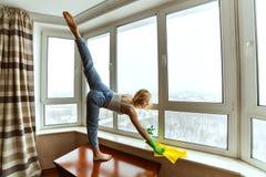 妇女做着体操,当清洗时 免版税库存照片