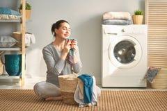 妇女做着洗衣店 免版税库存图片