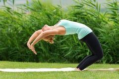 妇女做着瑜伽锻炼 免版税库存图片