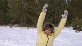 妇女做着锻炼以在冬天森林健康生活方式的斜面 影视素材