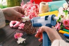 妇女做花卉装饰 图库摄影