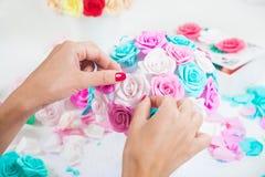妇女做花束人造花 库存照片