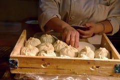 妇女做酵母中国饺子` bao zi `充塞用肉和菜 免版税库存图片