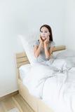 妇女做面部掩没和坐床 免版税库存照片