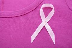 妇女健康了悟T恤杉的桃红色丝带慈善 免版税库存照片