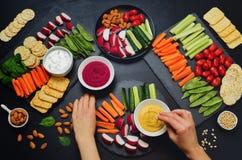 妇女健康素食主义者快餐的手和变异 菜, 免版税库存照片