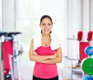 妇女健身房微笑,行使女孩解决的体育 库存照片