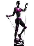 妇女健身步进抵抗结合锻炼 免版税库存图片