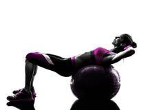 妇女健身球咬嚼锻炼剪影 库存图片