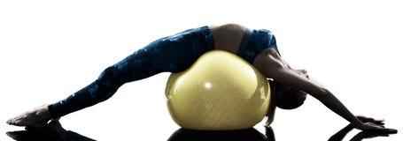 妇女健身瑞士球excercises剪影 库存图片