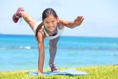 妇女健身训练crossfit的锻炼户外 免版税库存照片