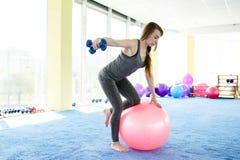 妇女健身 做与球的美丽的白种人资深妇女锻炼在健身房 r 图库摄影
