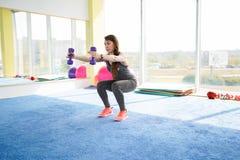 妇女健身 做在健身房的美丽的白种人资深妇女锻炼 r 库存照片