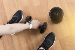 妇女健身锻炼在特写镜头的用途哑铃在健身traini 免版税图库摄影