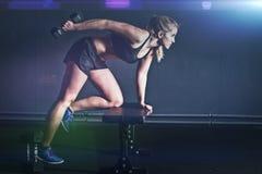 妇女健身锻炼-举行哑铃 免版税图库摄影