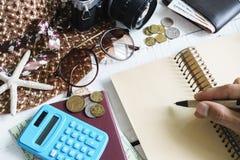 妇女偶然成套装备,旅行费用计算 免版税库存图片