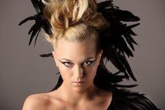 妇女僧人画象有掠夺羽毛的在她的头发 免版税库存照片