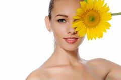 妇女关闭了向日葵的一朵眼睛黄色花 库存照片