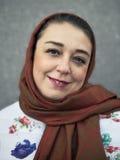 妇女关闭的画象与在她的头的一条围巾 免版税库存照片