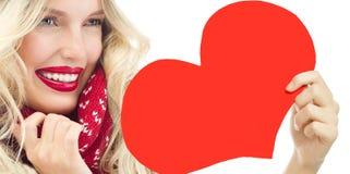 妇女冬天红色心脏华伦泰` s爱 免版税库存图片
