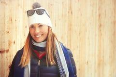 妇女冬天衣物,山假期 免版税库存照片