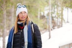 妇女冬天衣物 雪和自然,山假期 免版税库存图片