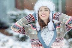妇女冬天画象 浅DOF 免版税库存图片