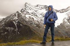 妇女冷的大格洛克纳山阿尔卑斯奥地利 图库摄影