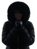 妇女冷冻冷的剪影的冬天外套 免版税库存图片
