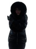 妇女冷冻冷的剪影的冬天外套 免版税库存照片