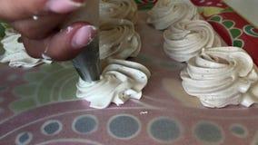 妇女准备一个白色蛋白软糖 在酥皮点心袋子帮助下 影视素材