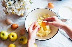 妇女准备一棵饼苹果树,蛋糕的成份: 库存图片