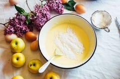妇女准备一棵饼苹果树,蛋糕的成份: 库存照片