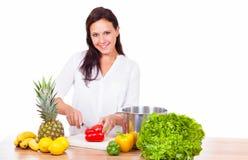 妇女准备一顿健康膳食 免版税图库摄影