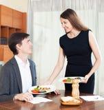 妇女准备一顿浪漫晚餐 免版税库存图片