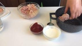 妇女准备丸子 与搓碎干酪混合肉末,倒从酸性稀奶油、番茄酱和水的调味汁 meatbal的炖煮的食物 影视素材