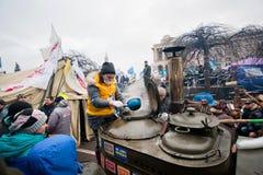 妇女准备在一个巨大的街道厨房的茶t的 库存照片