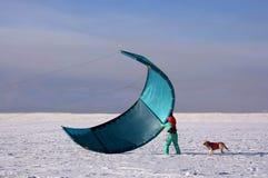 妇女准备她的风筝 kiting的雪 图库摄影